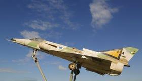 以色列空军队Kfir C2在一个圆形交通路口的喷气式歼击机在啤酒舍瓦 免版税库存图片