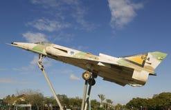 以色列空军队Kfir C2在一个圆形交通路口的喷气式歼击机在啤酒舍瓦 免版税图库摄影