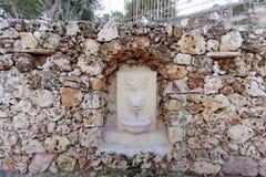 以色列耶路撒冷 - 2月15日 2017年 上生的希腊修道院在橄榄山的 以狮子` s的形式水盆 免版税库存图片