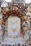 以色列耶路撒冷 - 2月15日 2017年 上生的希腊修道院在橄榄山的 以狮子` s的形式水盆 库存照片