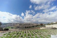 以色列耶路撒冷 - 2月15日 2017年 老镇的看法从橄榄山的顶端 墓地犹太老 图库摄影