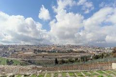 以色列耶路撒冷 - 2月15日 2017年 老镇的看法从橄榄山的顶端 墓地犹太老 免版税库存图片