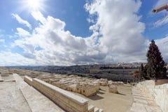 以色列耶路撒冷 - 2月15日 2017年 老镇的看法从橄榄山的顶端 墓地犹太老 库存照片