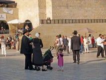 以色列耶路撒冷 有孩子的一个传统正统犹太人的家庭在哭墙前面的正方形的 免版税库存照片