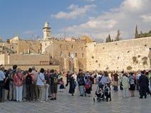 以色列耶路撒冷 香客和游人正方形的在哭墙前面 库存照片