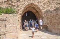 以色列- 7月30, -一个小组游人在公园拜占庭式的凯瑟里雅,以色列,夏天遇到古老砖曲拱- 2015年 免版税库存图片