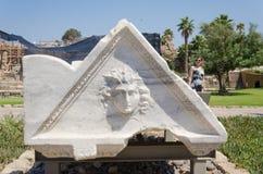 以色列- 7月30, -沿古老拜占庭式的公园在凯瑟里雅,白色大理石,以色列的一个三角样式的游人步行2015年 库存照片