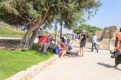 以色列- 7月30, -游人在公园凯瑟里雅,以色列,夏天-凯瑟里雅, 2015年在以色列 免版税库存图片