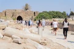 以色列- 7月30, -游人在以色列被发布在公园凯瑟里雅,以色列,夏天- 2015年 免版税库存图片
