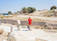 以色列- 7月30, -游人夫妇在公园拜占庭式的凯瑟里雅走- 2015年 库存图片