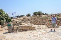 以色列- 7月30, -游人简而言之和格子花呢上衣拍摄了Steeles拜占庭式的凯瑟里雅公园2015年 库存图片