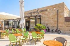 以色列- 7月30, - Café餐馆Ð  resto露天在夏天公园在凯瑟里雅,以色列2015年 库存照片