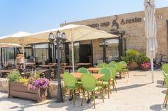 以色列- 7月30, - Café餐馆Ð  resto露天在夏天公园在凯瑟里雅,以色列2015年 图库摄影