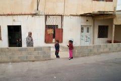 以色列- 11月3 :吃糖果的三个孩子,在Th旁边去 免版税库存图片