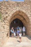 以色列-游人7月30,来到老古老曲拱-一个拜占庭式的公园在凯瑟里雅,夏天2015年 免版税图库摄影
