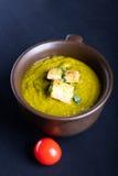 绿色南瓜汤用荷兰芹和油煎方型小面包片 图库摄影