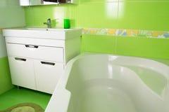 绿色卫生间内部 壁角浴 免版税库存照片