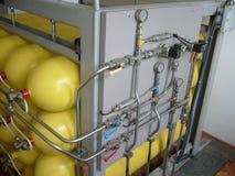 黄色压缩的天然气圆筒 图库摄影