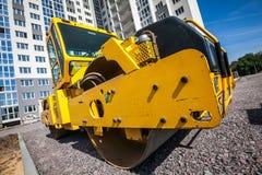 黄色压路机在建造场所建造场所运转 库存照片