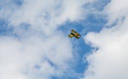 黄色双翼飞机广告乘驾 库存图片