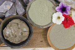 绿色古老的矿物-和蓝色黏土粉末和泥面具为 库存图片