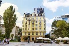 黄色古色古香的大厦在索非亚,保加利亚 免版税库存图片