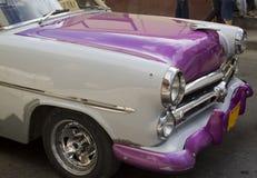紫色古巴汽车前面 免版税库存图片
