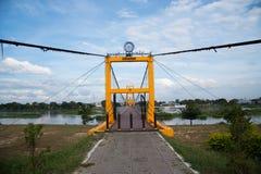 黄色吊桥 库存照片