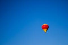 黄色和桃红色热空气气球 库存照片