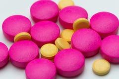 黄色和桃红色药片 免版税库存照片