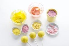 黄色和桃红色结冰和五颜六色洒 库存图片