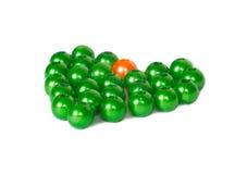 绿色和橙色小珠心脏形状  免版税库存图片