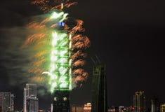 绿色和橙色烟花突出2017次新年庆祝在台北101大厦在台湾 库存照片