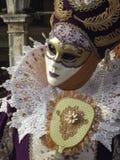 紫色和橙色狂欢节面具在威尼斯,意大利 免版税库存照片