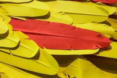 黄色和橙色羽毛纸 库存照片