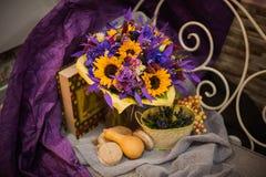 紫色和橙色花束用向日葵 免版税库存照片