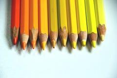 黄色和橙色铅笔连续说谎 免版税库存照片