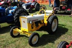 1955黄色和灰色Cub Lo少年古色古香的农用拖拉机 图库摄影