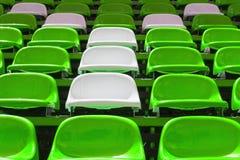 绿色和白色塑料位子 免版税库存照片