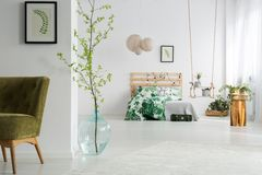 绿色和白色开放卧室 免版税库存照片