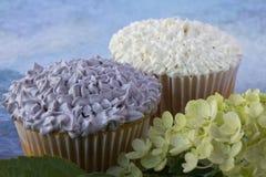 紫色和白色杯形蛋糕 免版税库存照片