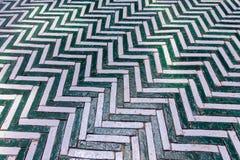 绿色和白色用于门步行wa的之字形老砖块 免版税库存图片