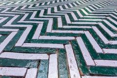 绿色和白色用于门步行wa的之字形老砖块 图库摄影