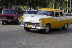 黄色和白色老古巴汽车 免版税库存图片