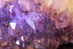 紫色和白色自然紫色的geode 免版税库存图片