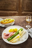 绿色和白色芦笋矛用黄油 免版税库存图片