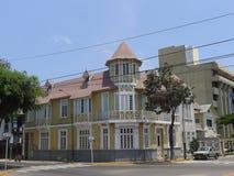 黄色和白色豪宅在Barranco,利马 免版税图库摄影