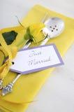 黄色和白色题材婚礼桌餐位餐具 免版税库存图片