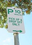绿色和白色10周详停车处标志 免版税库存照片