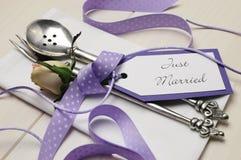 紫色和白色破旧的别致的婚礼桌设置。关闭。 库存图片